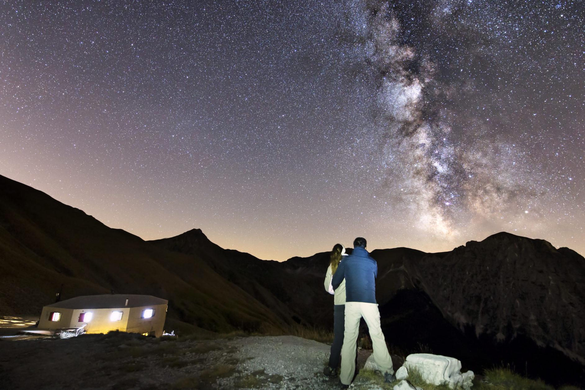 Coppia di fidanzati che guardano una bellissima Via Lattea al Rifugio del Fargno