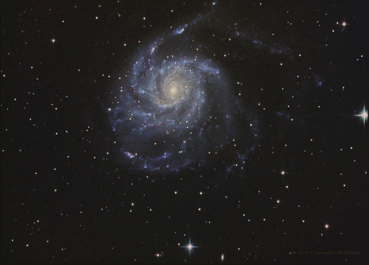 Astro-fotografia della Galassia Girandola (nota anche come M 101, o NGC 5457): una galassia a spirale nella costellazione dell'Orsa Maggiore.