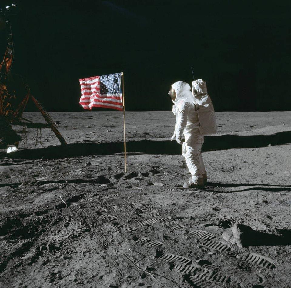 Buzz Aldrin che saluta la bandiera americana sulla Luna