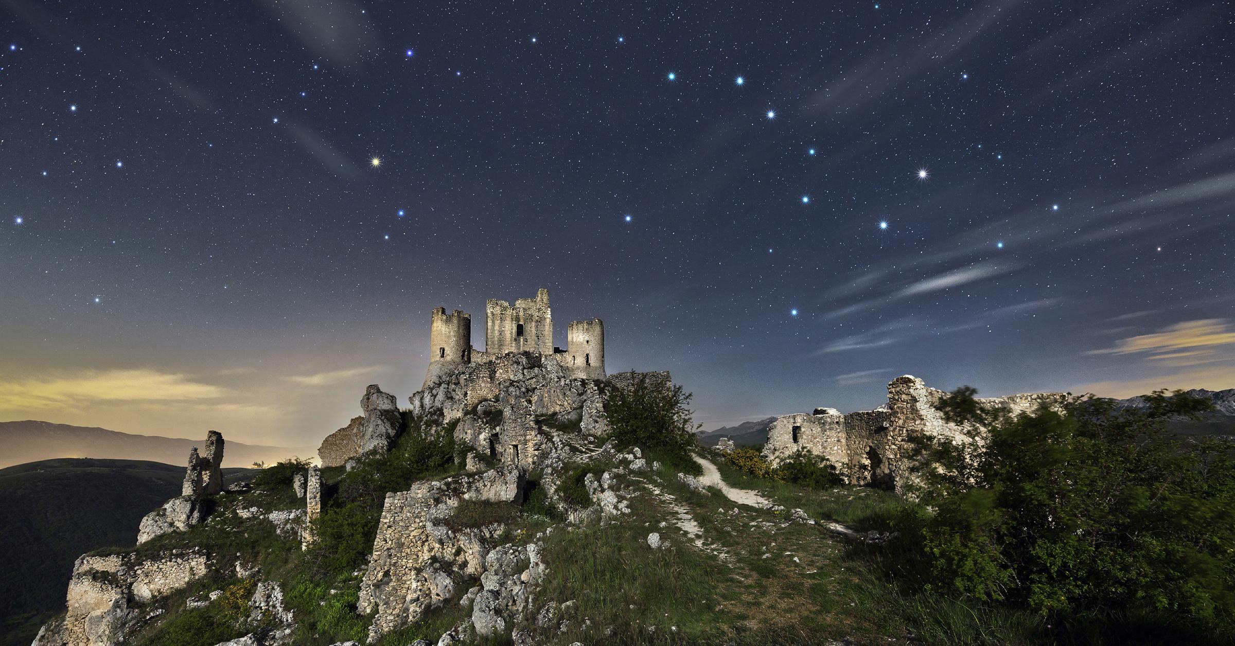 Costellazioni sopra Rocca Calascio dell'astrofotografo Cristian Fattinnanzi