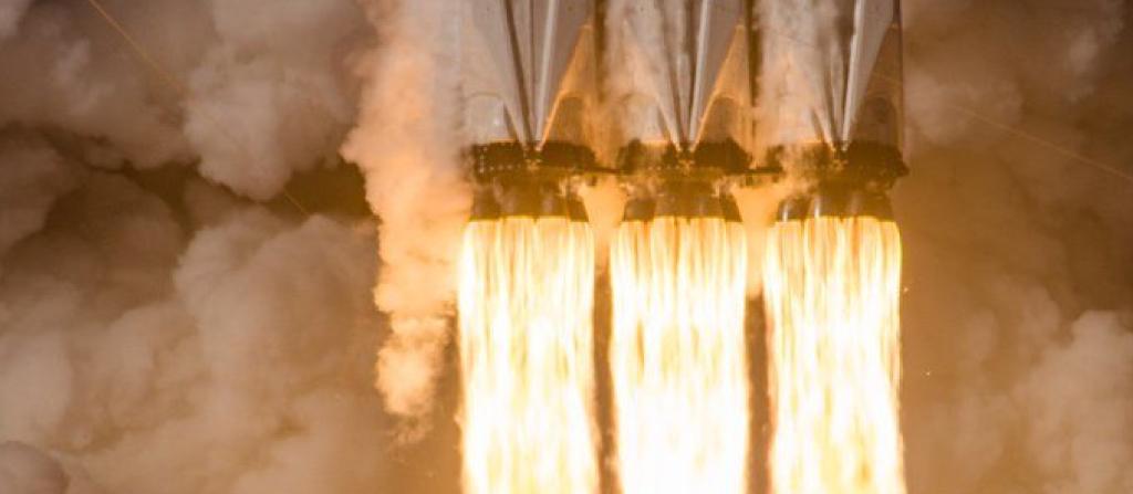Foto spettacolare dei propulsori accesi del Falcon Heavy