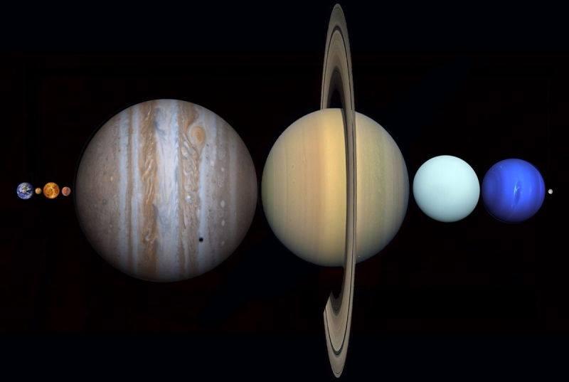 Rappresentazione artistica dei pianeti del sistema solare posizionati in fila tra la Terra e la Luna